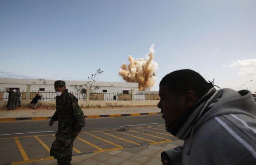 Karo aviacija bombarduoja sukilėlių kontroliuojamą Ras al Unufo miestą.