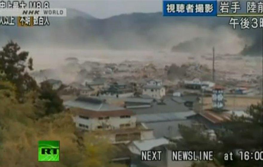 Cunamio banga veržiasi per miestelį.