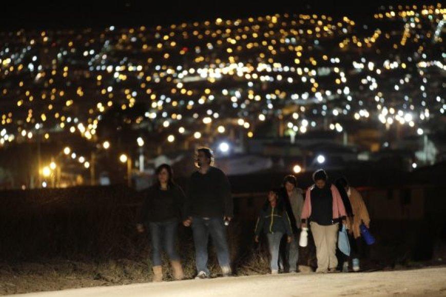 Klausydami vyriausybės perspėjimo vandenyno pakrantėse gyvenantys čiliečiai irgi pasitraukė į aukštumas.