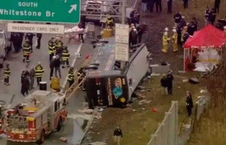 Stulpas beveik visiškai nuplėšė autobuso stogą.