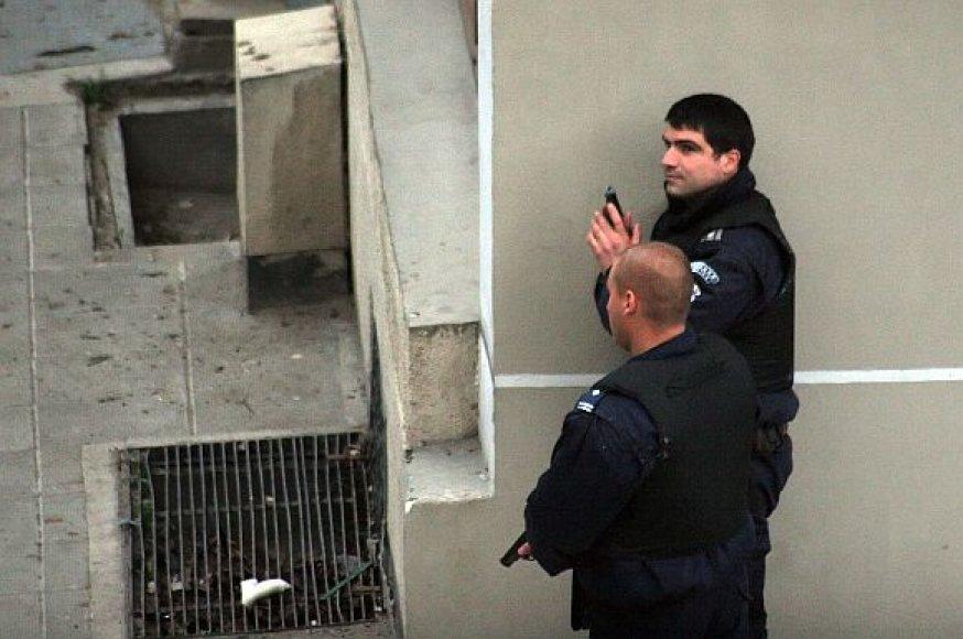 Bulgarijos policininkai saugo perimetrą aplink banką, kuriame ginkluotas plėšikas laiko kelis įkaitus.