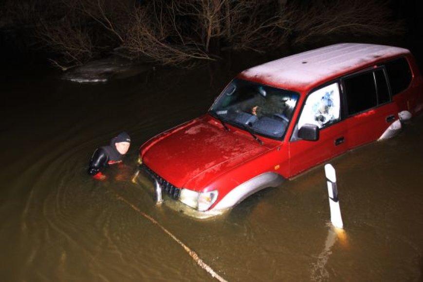 """Nuo kelio nuvažiavusį visureigį """"Toyota"""" galėjo ištempti tik ugniagesiai."""