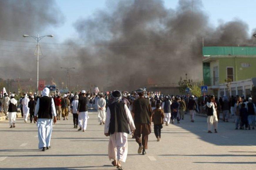Virš padegto Jungtinių Tautų misijos Mazari Šarifo mieste pastato rūksta dūmai.