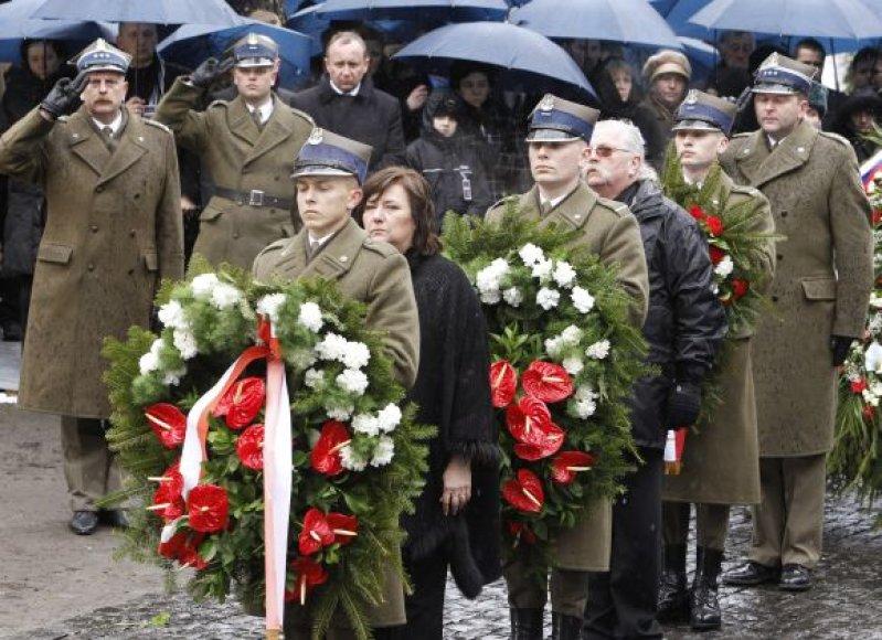 Annos Komorowskos vadovaujama lenkų delegacija pagerbė Smolensko katastrofos aukas.