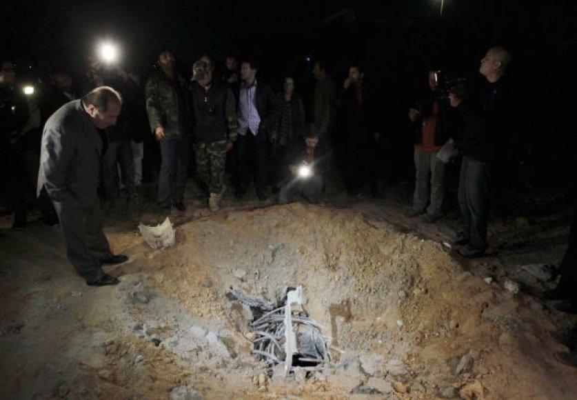 Po NATO aviacijos smūgio užsienio žurnalistams leista apžiūrėti bombarduotą teritoriją.