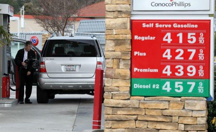 """Kalifornijoje amerikietis pilasi degalų dar vienoje """"brangioje"""" degalinėje, kurioje galonas """"Regular"""" markės benzino kainuoja 4,15 dolerio (arba vienas litras kainuoja apie 2,59 lito)."""