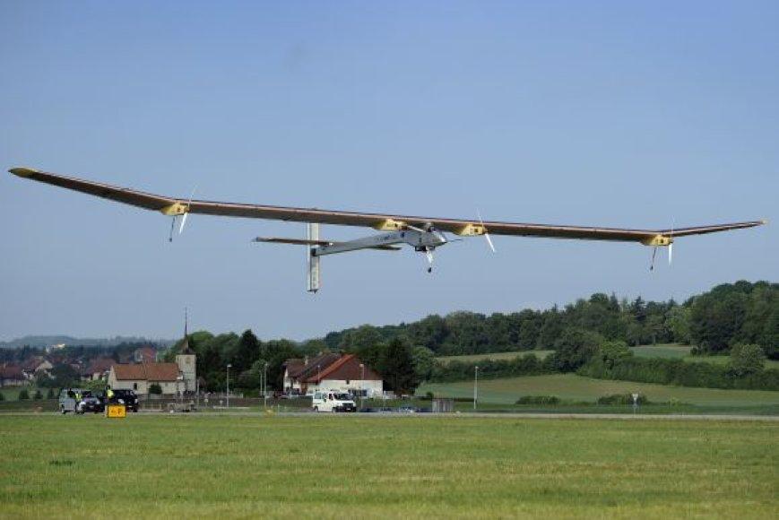 """Saulės energija varomas lėktuvas """"Solar Impulse"""" kyla į skrydį."""