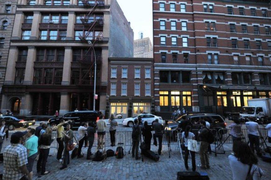 Žurnalistai prie apartamentų Niujorko Traibekos rajone, kuriuose apsigyveno Dominique'as Straussas-Kahnas