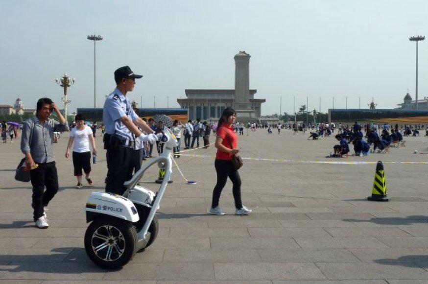 Policija atidžiai stebi Tiananmenio aikštę.