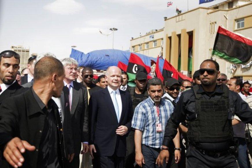 Williamas Hague'as (centre) drąsino Libijos sukilėlius Bengazyje.