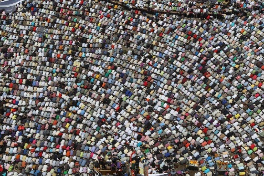 Protestuotojai meldžiasi Tahriro aikštėje Kaire.