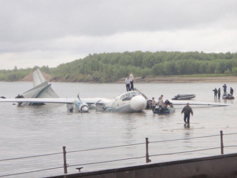 Per susidūrimą su vandeniu lėktuvui An-24 nulūžo uodega ir vienas variklis.
