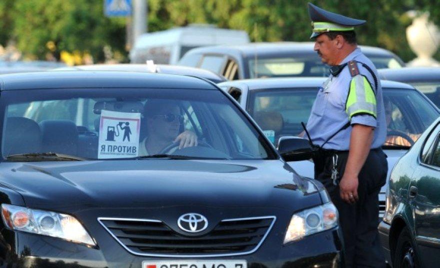Baltarusiai protestuoja dėl smarkiai pabrangusių degalų.