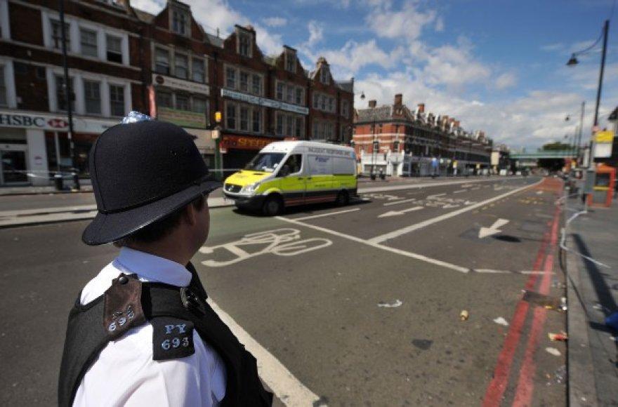 Policininkas ištuštėjusioje Londono gatvėje