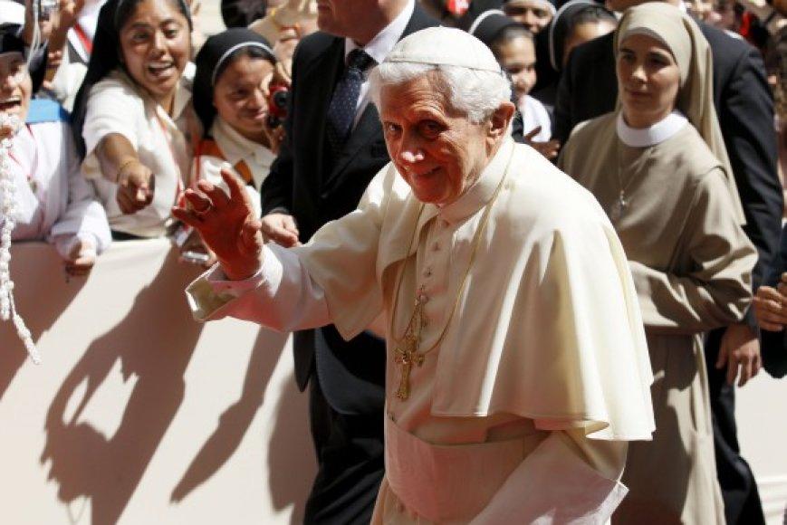 Popiežius Benediktas XVI su vienuolėmis