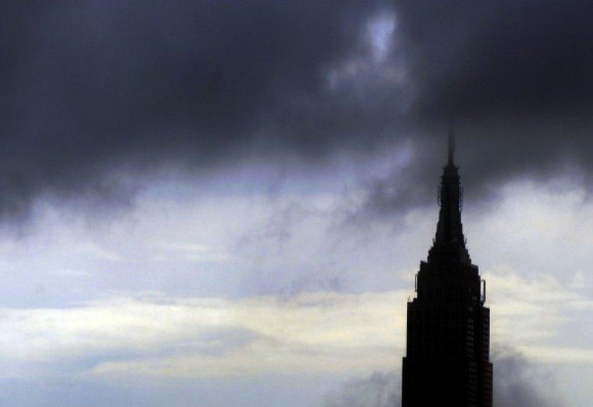 """Lietaus debesys kaupiasi virš Niujorko """"Empire State Building"""" dangoraižio."""