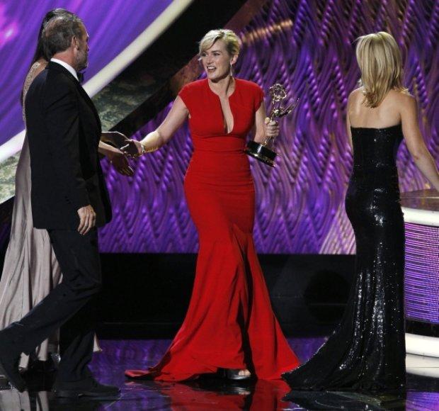 """Pirmąjį """"Emmy"""" apdovanojimą savo karjeroje atsiima Kate Winslet."""