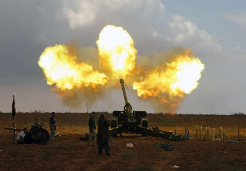 Laikinosios nacionalinės tarybos pajėgos apšaudo Sirtą artilerijos pabūklais.