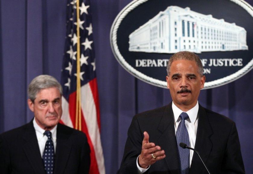 Apie išaiškintą teroristų sąmokslą informavo JAV generalinis prokuroras Ericas Holderis (dešinėje) ir FTB direktorius Robertas Muelleris.