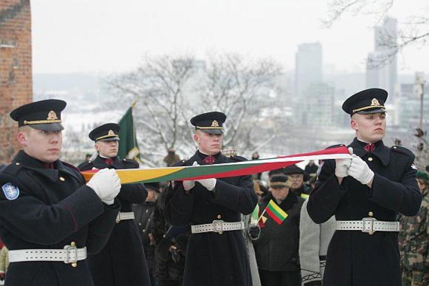 Kiekvienais metais nauja Lietuvos trispalvė iškilmingai pakeliama į Gedimino bokštą.