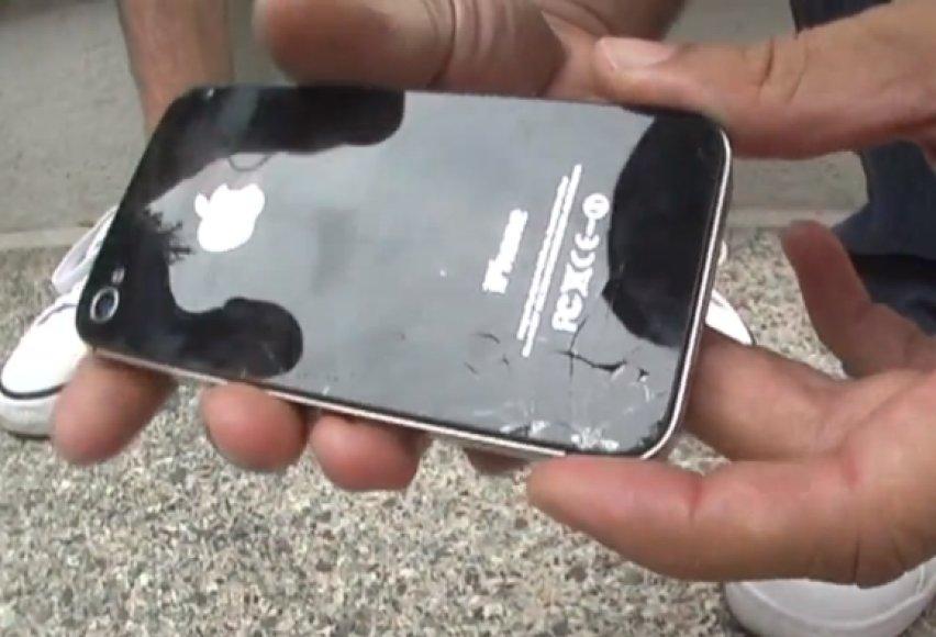 """Taip atrodė """"iPhone 4S"""" po pirmojo bandymo."""