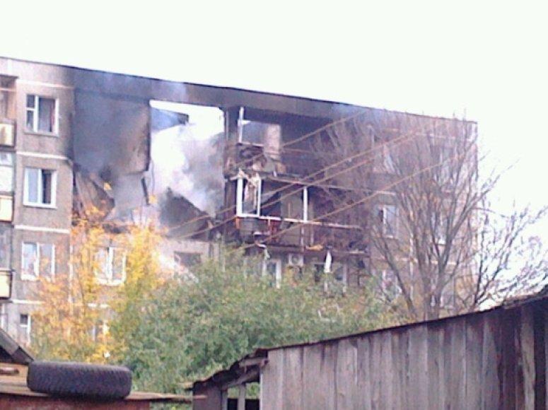 Per dujų sprogimą sugriuvo dalis penkiaaukščio namo.