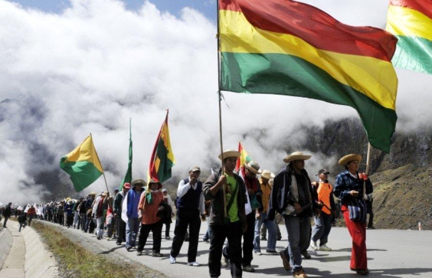 Indėnai žygiuoja į Bolivijos sostinę.