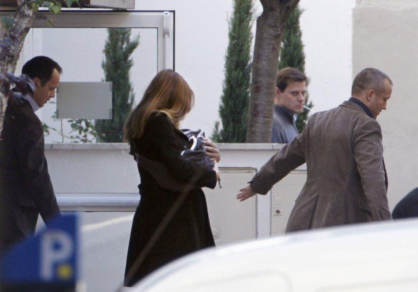 Carla Bruni-Sarkozy gimdymo namus paliko lydima sargybinių.