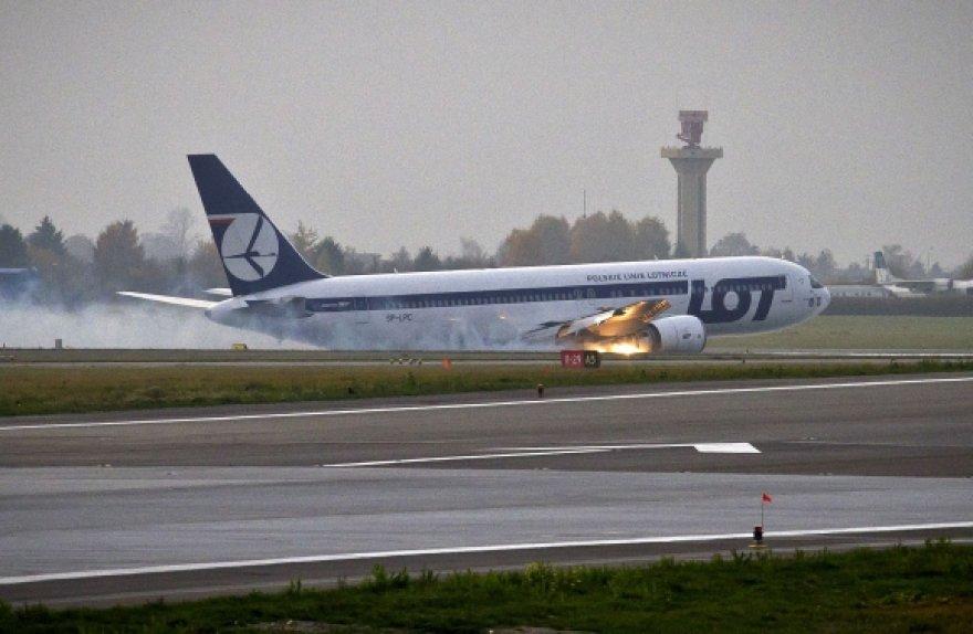Lenkų pilotai meistriškai nutupdė didžiulį lainerį.