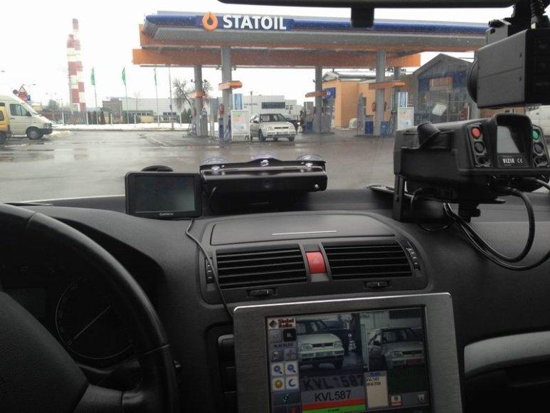 Policijos automobilis slapta stebi degalinę