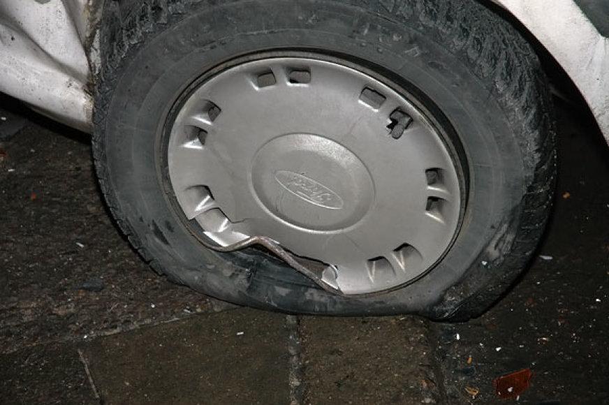 Po avarijos nuleistas automobilio ratas