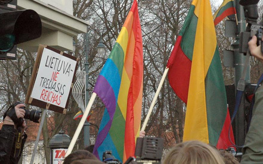 Eisenos priešininkų plakatai ir vėliavos
