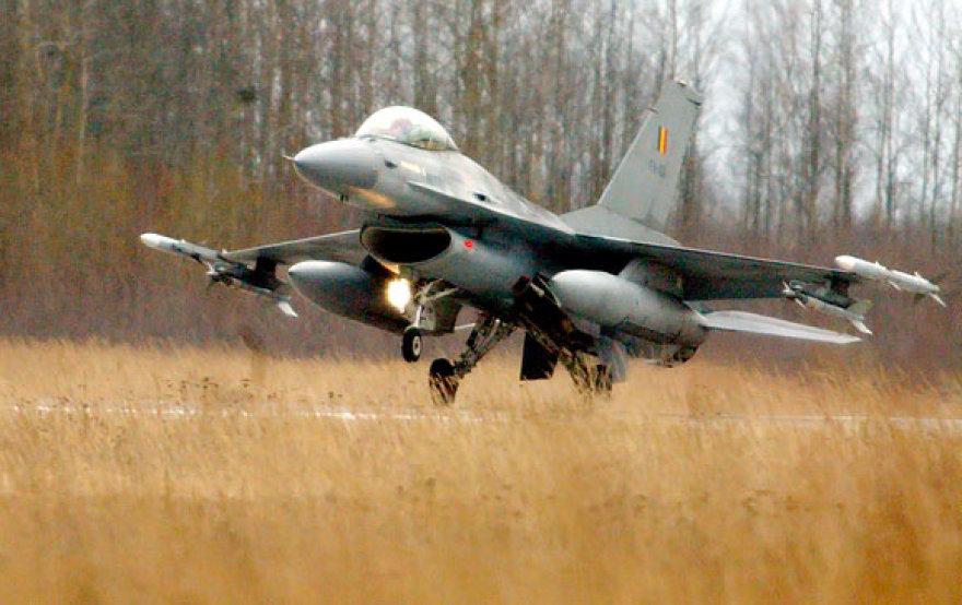 2004 m. kovo 29 d. Šiaulių aerodrome nusileidę Belgijos karališkųjų oro pajėgų naikintuvai F-16 Fighting Falcon