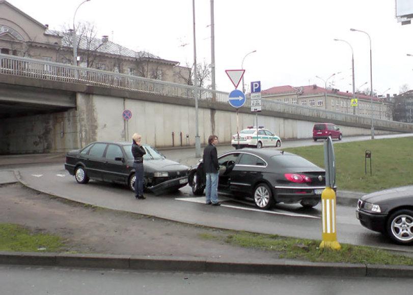 Vienpusio eismo gatvėje kaktomuša susidūrė du automobiliai
