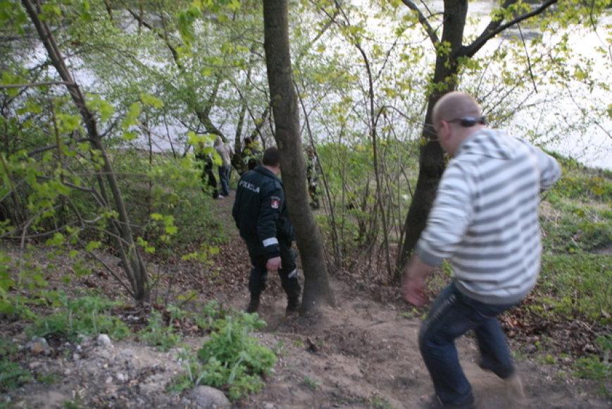 Pareigūnai leidžiasi prie upės
