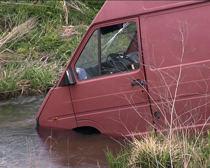 Mikroautobusas upelyje
