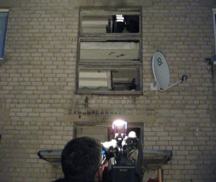 Per sprogimą namo laiptinėje išdužo langai