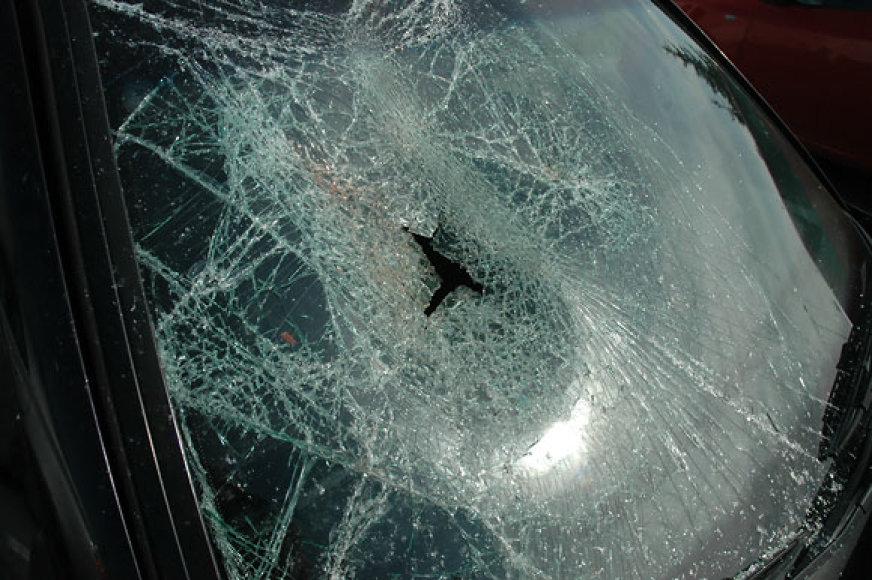 Sudaužytas automobilio priekinis stiklas