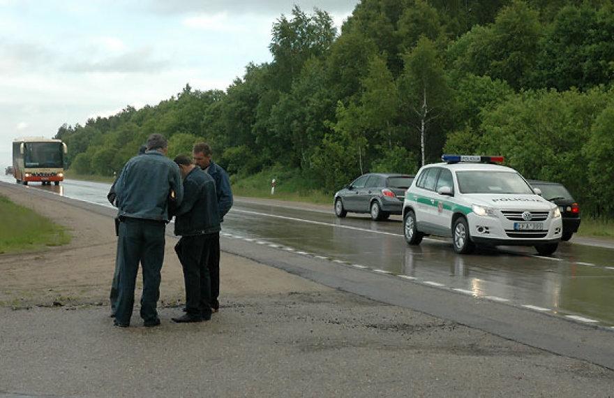 Policininkas vairuotojus moko pildyti eismo įvykio deklaraciją