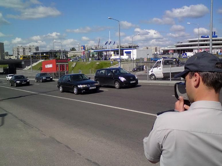 Vilniaus policininkas Ateities g. matuoja automobilių greitį