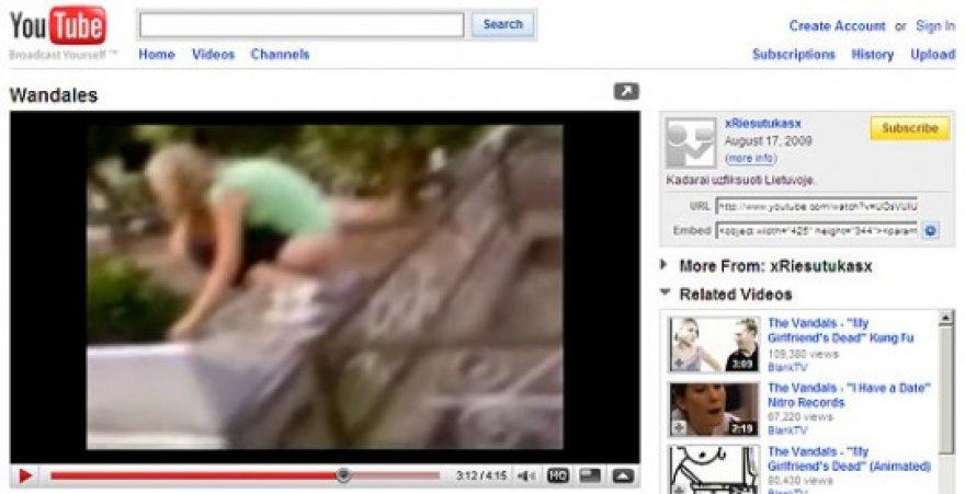 Kadras iš filmuko apie merginų pasilinksminimą kapinėse