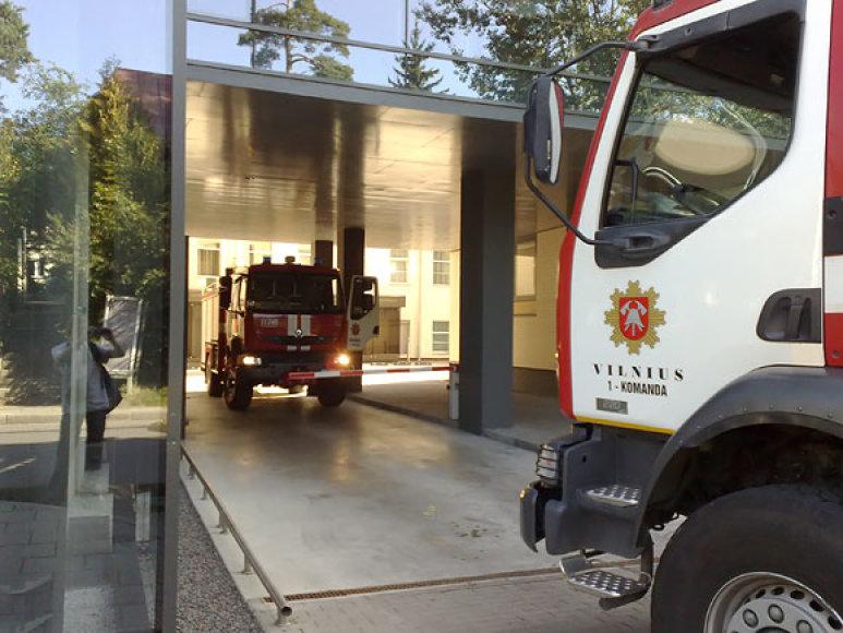 """Ugniagesiai prie """"Achemos grupės"""" pastato Vilniuje"""