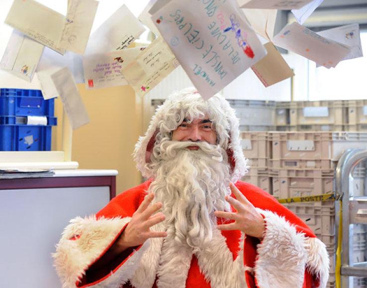 Kalėdų senelis su vaikų laiškais
