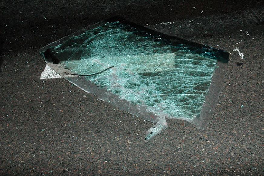 Automobilio priekinis stiklas ant asfalto
