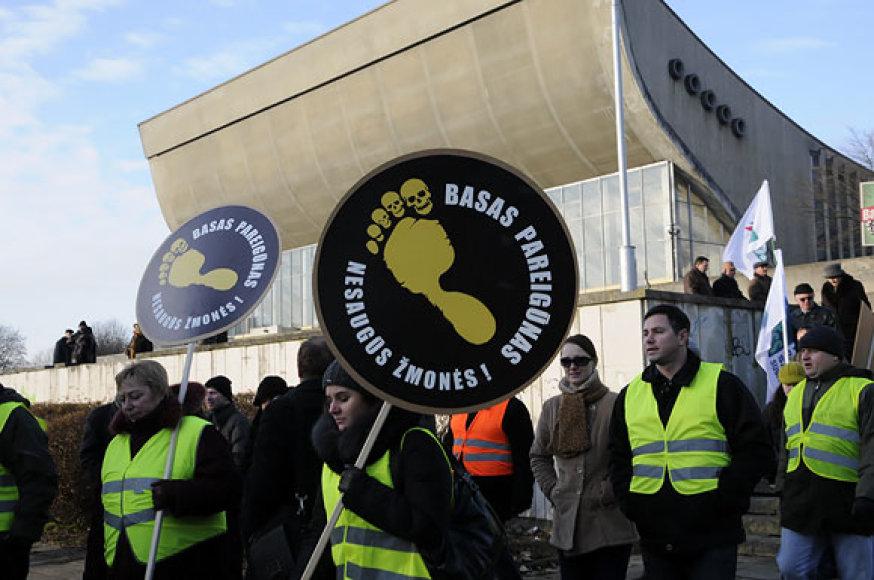 Šeštadienį prie Vilniaus koncertų ir sporto rūmų susirinko mitinguotojai, reikalaujantys panaikinti, jų manymu, Lietuvoje įsigalėjusią oligarchiją.