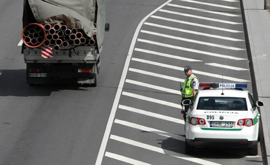 Policininkas stebi eismą gatvėje