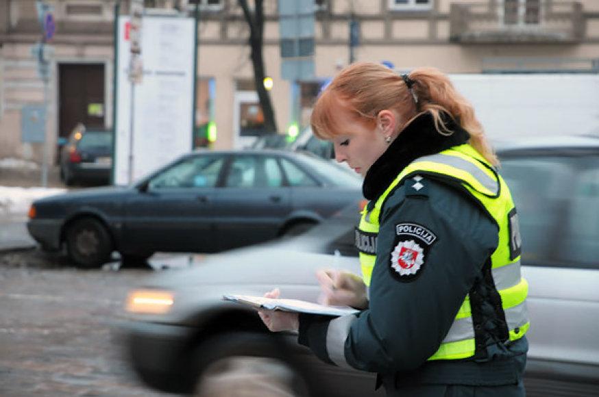 Policijos pareigūnė fiksuoja avarijos aplinkybes