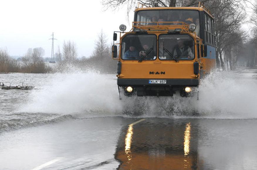 Į Rusnę žmones gabena specialus autobusas