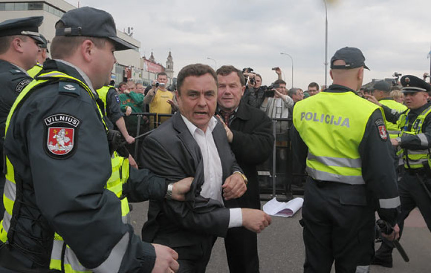 Seimo nariai Petras Gražulis ir Kazys Uoka veržiasi pro policininkus
