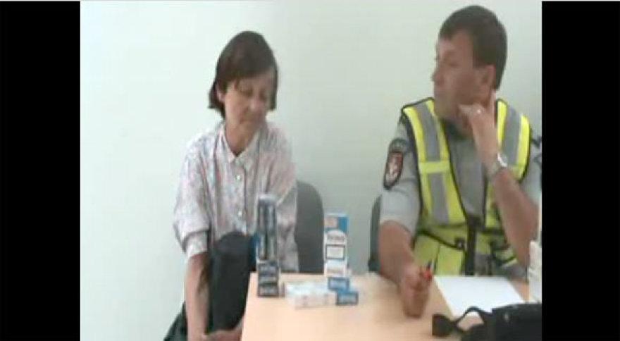 Kontrabandinių cigarečių pardavėjai policijos komisariate